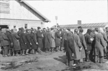 Lettland, KZ Salaspils, wartende Häftlinge