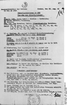 """Zentralbild 9.5.1964 Zur Einweihung der Gedenkstätte auf dem ehemaligen Vernichtungslager Treblinka am 10. Mai. Nicht allzuweit von Warschau entfernt, aber in einer fast menschenleeren Gegend mitten in Wäldern gelegen wurde Mitte 1942 mit dem Bau von Treblinka II begonnen. Treblinka I, etwa 3 km davon entfernt, war von der SS schon im November 1941 als Arbeitsstraflager für """"renitente Polen"""" errichtet worden. Das Vernichtungslager umfaßte ein Gebiet von 13,5 ha. Es war mit einem elektrisch geladenen Stacheldrahtzaun umgeben. In Treblinka wurden die Opfer mit Verbrennungsgasen getötet, die von Motoren aus einem Nebenraum in die Gaskammern geleitet wurden. Die nazistischen Mörder taten alles, um den zur Vernichtung bestimmten Menschen ihre verbrecherischen Absichten zu verheimlichen. Die in westeuropäischen Ländern """"zur Umsiedlung nach dem Osten"""" bestimmten Juden wurden in Personenzügen nach Treblinka befördert. UBz: Faksimile einer erhalten gebliebenen Fahrplananordnung vom 25.8.1942."""