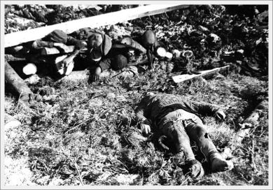 klooga-estonia-a-corpse-beside-a-pile-of-burnt-corpses-september-1944
