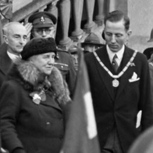 De tocht van koningin Wilhelmina door Zeeland, Brabant en Limburg. Koningin Wilhelmina bij het verlaten van het stadhuis te Maastricht *maart 1945