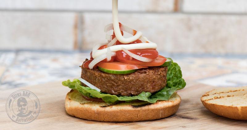 Fast fertig belegter Burger mit Beyond Meat Burger Pattie
