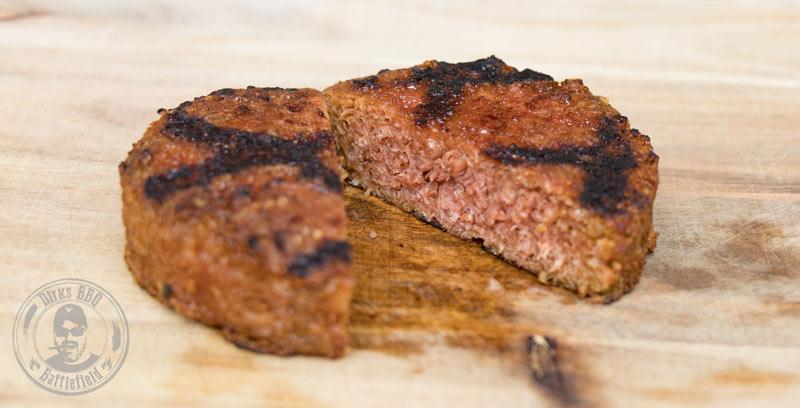 Beyond Meat Burger Pattie fertig gegart angeschnitten