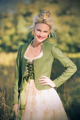 Brautdirndl rosé mit grüner Jacke. Silk & Pearls