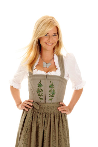 Noch unter ihrem Namen Sabine Käfer machte sich Sabine Lanz einen Namen als Trachten Designerin. Als ehemalige Wiesn-Wirtin weiß sie, was auf dem Oktoberfest getragen wird!