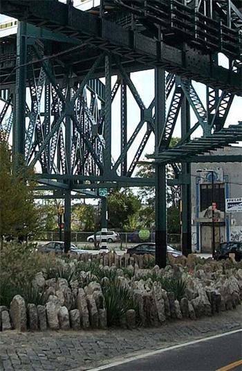Concrete shard barriers at Queens Plaza / Margie Ruddick Landscape