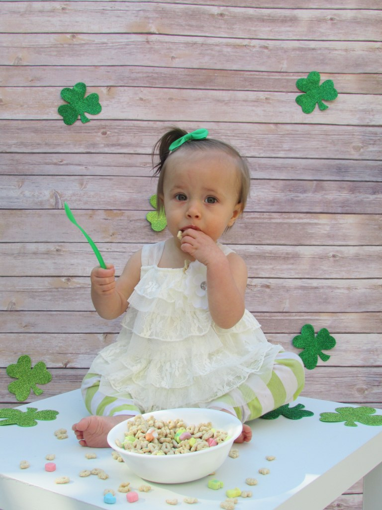 Cute photoboth idea, St. Patrick's Day pictures, St. Patrick's Day photobooth, baby, kids, DIY photobooth, St. Patty's Day, Green, Lucky Charms