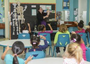 teacher in classroom teaching kids sign language