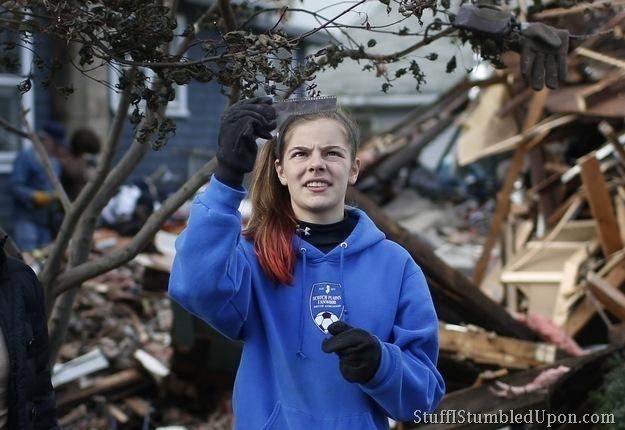 hurricane-sandy-photos-pics-new-york-city-staten-island-cleanup-trash-helping-people-24
