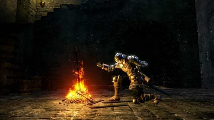 Un hueco descansando el la hoguera en un fotograma del videojuego Dark Souls (2011).