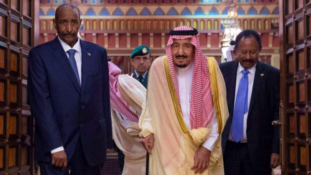 Saudi King Salman hosted Gen Burhan (L) and Prime Minister Hamdok in Riyadh