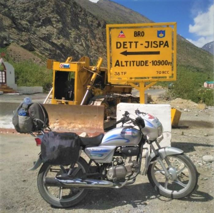 100 cc bike near Jispa signboard