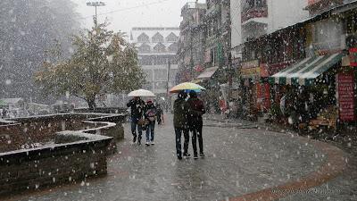 Tourists enjoy snowfall in Manali