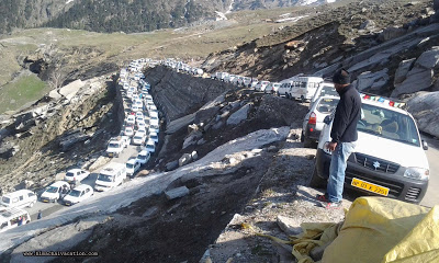 Traffic on Rohtang highway