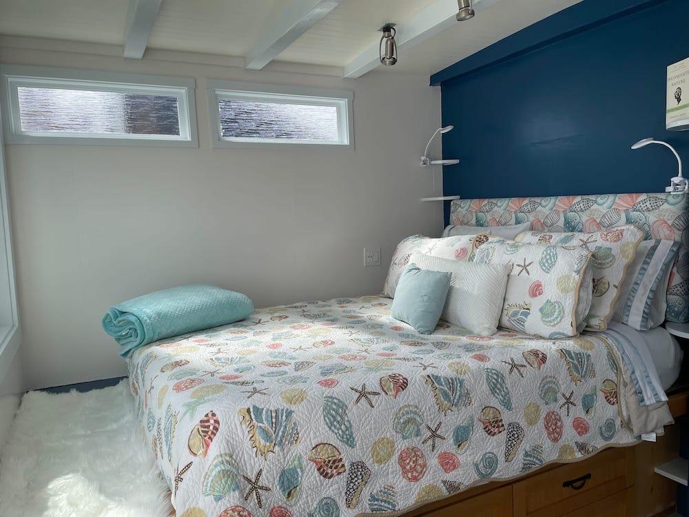 Sausalito Houseboats on Airbnb - Bedroom