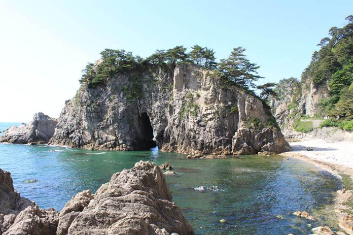 The scenic spot Sasakawa where the dynamic strange rocks and the clear sea contrast are beautiful