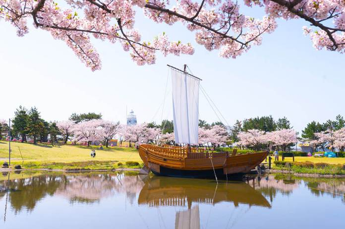 """Hiyoriyama Park"" has Japan's oldest wooden hexagonal lighthouse and direction stones"