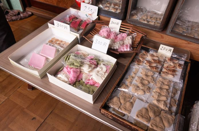 Warmth of handmade sweets in Umetsu Confectionery Shop from the Edo period.