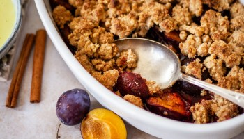 Plum spelled crumble with oatmeal and vanilla sauce