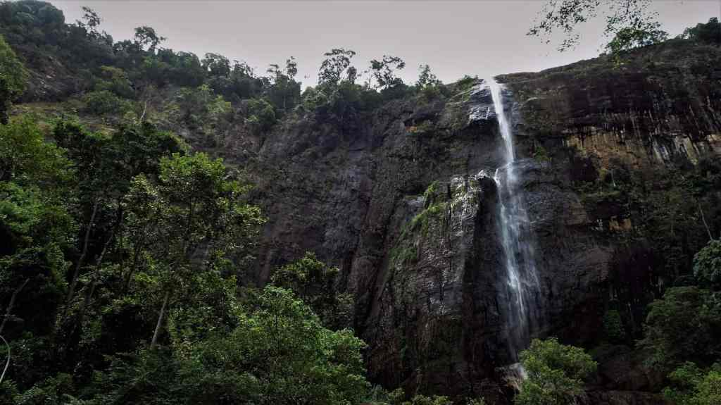 Diyaluma Waterfalls; first view on the falls