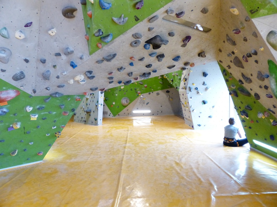 indoor bouldering walls with safety mats