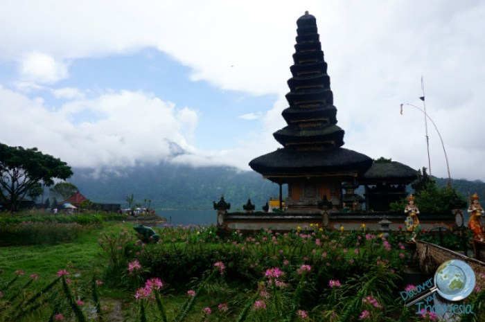 The view of Pura Ulun Danu overlooking the lake.