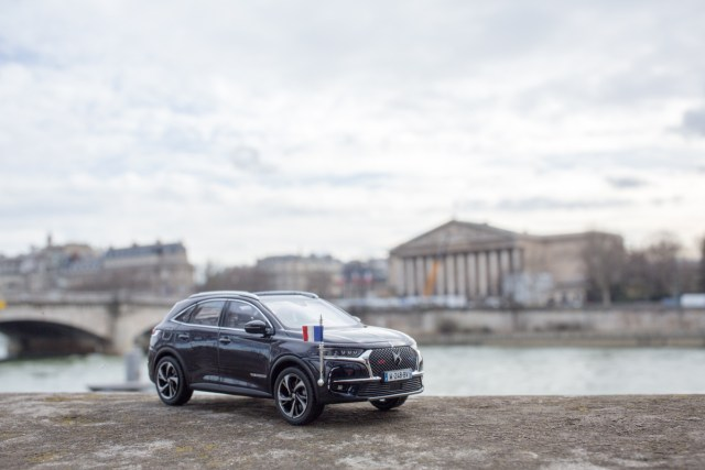 DS7 Crossback presidentiel devant l'assemblée nationale
