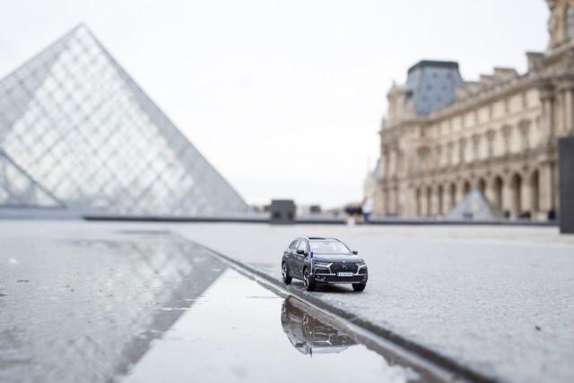 DS7 Crossback presidentiel et la Pyramide du Louvre