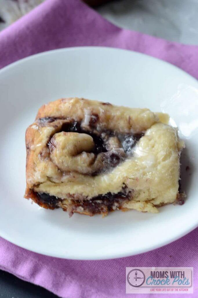 Crockpot Blueberry Cinnamon Rolls from Moms With Crackpots