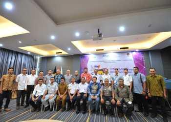 Foto bersama Sekdishub Aceh dengan tamu undangan dan pemateri FGD.