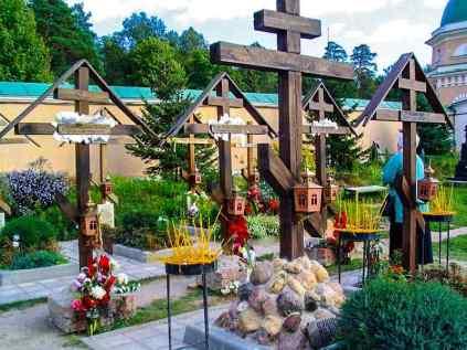 Почему крест ставят в ногах и хоронят на восток?