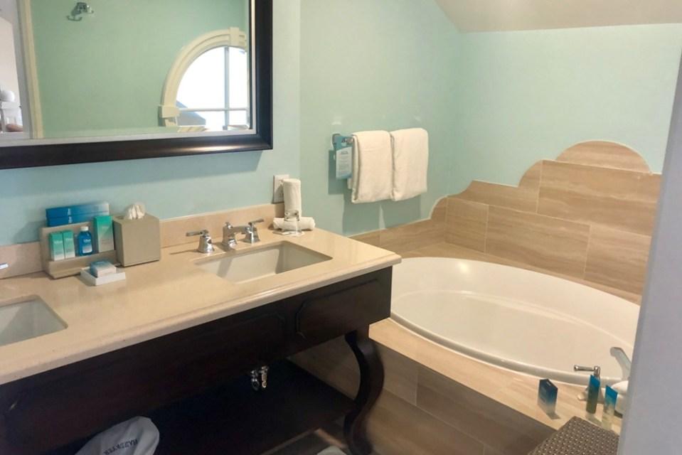 BoardWalk Inn - Bathtub