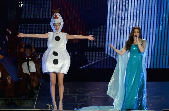 Taylor-Swift-Idina-Menzel-Olaf-Elsa-Disney-Frozen-Halloween-Costume