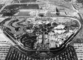 https://upload.wikimedia.org/wikipedia/commons/7/7b/Disneyland_aerial_view_in_1956.jpg