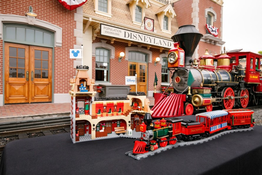 embargo-813-9-am-et-lego-disney-train-and-station-announced-buildable-motorized-disneyland-railroad-and-main-street-station-9