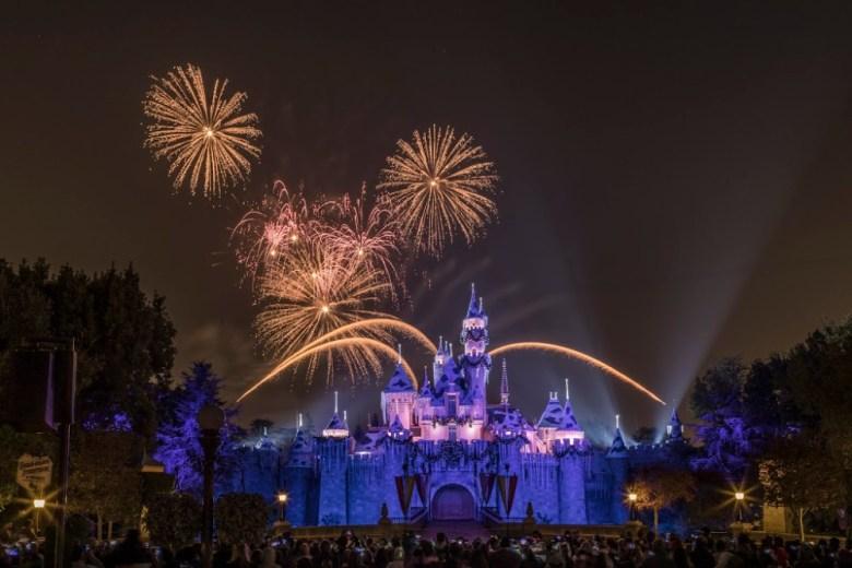 Fuegos artificiales sobre el Castillo de la Bella Durmiente en Disneylandia