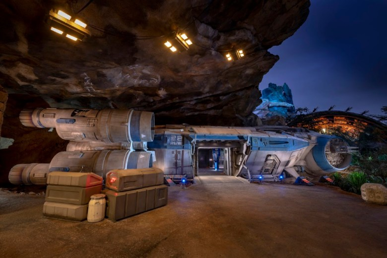 Nave intersistema I-TS de star wars en Disneylandia