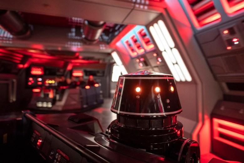 Droide de la primera orden series R5 dentro del juego Rise of the Resistance en Disneylandia