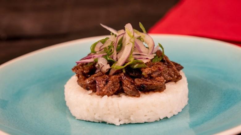 Costillitas de res bulgogi sobre arroz blanco en plato azul