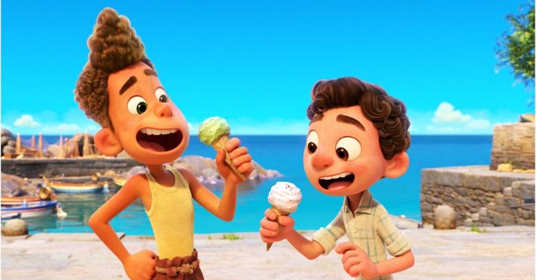 Foto de la película animada, Luca, que muestra dos niños comiendo helado en la playa