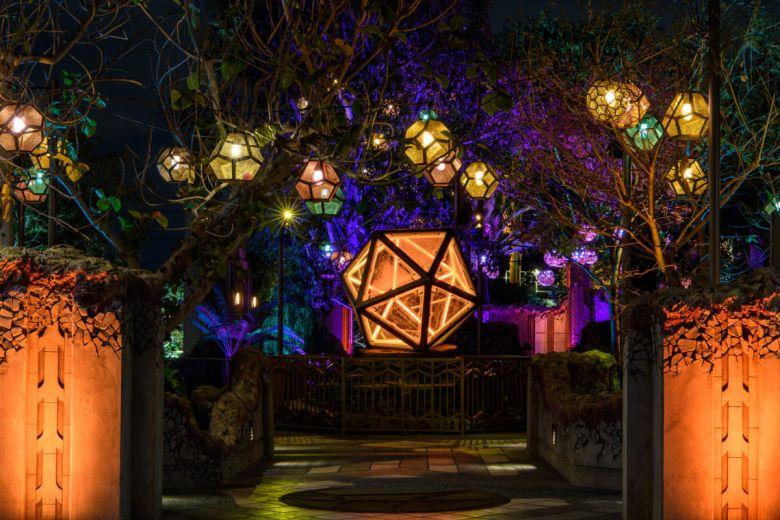 Santuario de Doctor Strange en Avengers Campus visto de noche