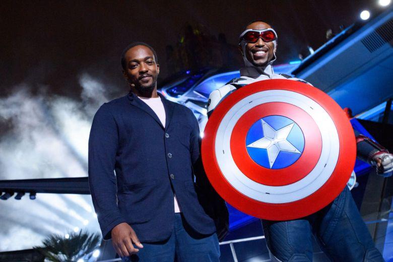 Anthony Mackie y el Nuevo Capitán America en Avengers Campus