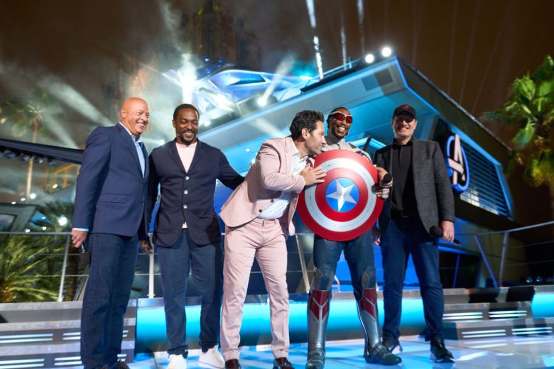 Avengers y Ejecutivos de Disney en la noche de apertura de Avengers Campus