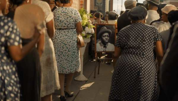 People queue to witness Tills body at his funeral