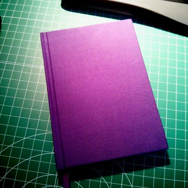 Mini libreta A6, forrada de tela. El papel no es ninguna maravilla, pero está muy bien hecha.