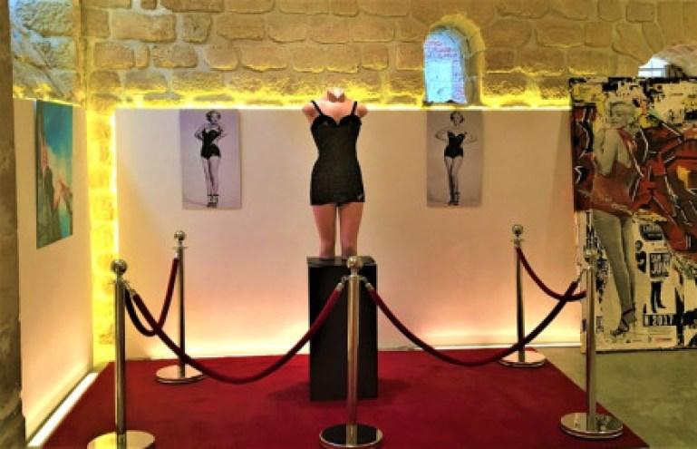 Exposition Pin-Up Marilyn Monroe Catalina Love Nest maillot de bain velours noir