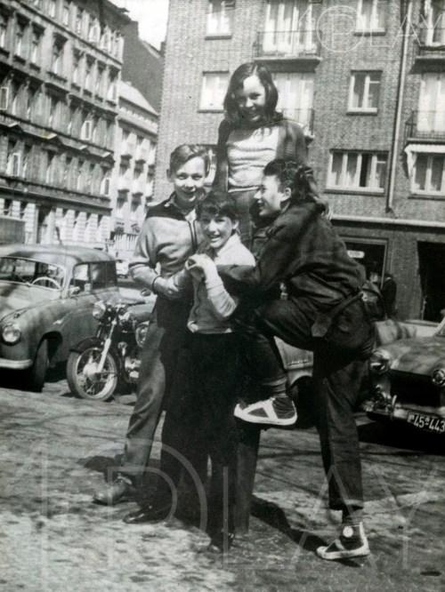 1951 Johnny Hallyday-Display-productions.com--copains-Italie