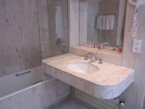 Dispotel, sous-traitance hôtelière. Nettoyage des salle de bain.