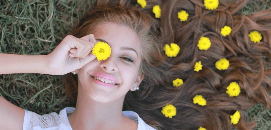 寝転ぶ女性と花