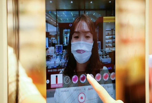 Augmented reality mirror helps select makeup – even with face mask on