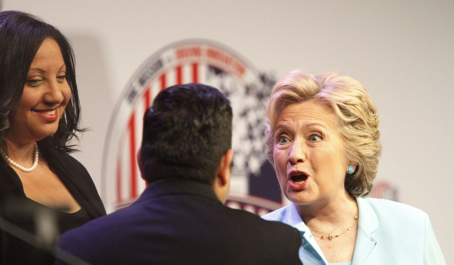 Sarah Glover (NABJ) y Mekahlo Medina (NAHJ) reciben a Clinton